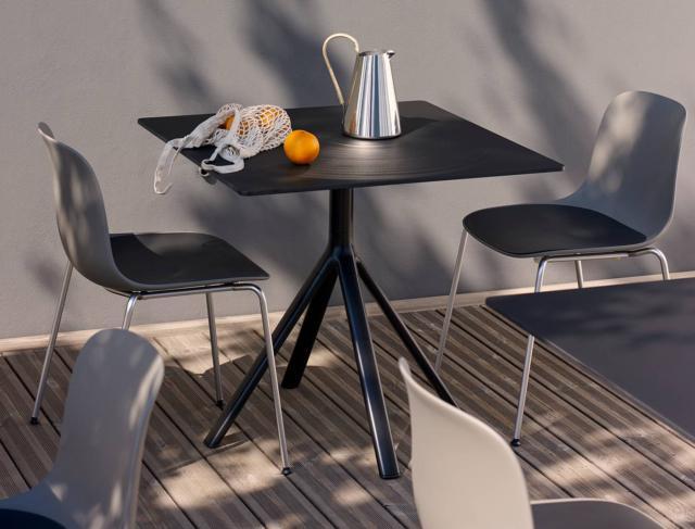 Seela di Lapalma, design Antti Kotilainen, è la sedia outdoor interamente realizzata in polipropilene che la rende resistente e adatta agli spazi all'aperto; le gambe sottili sono realizzate in acciaio inox.  www.lapalma.it