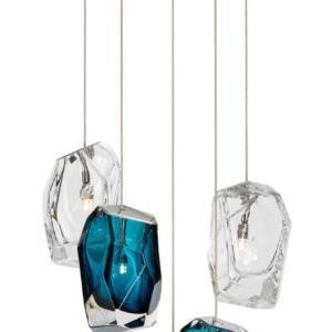 La sospensione Crystal Rock Raw di Lasvit, design Arik Levy, è caratterizzata da una serie elementi scultorei in cristallo, vere e proprie pietre di vetro, che contrappongono luce e riflessi, massa e trasparenza.  www.lasvit.com