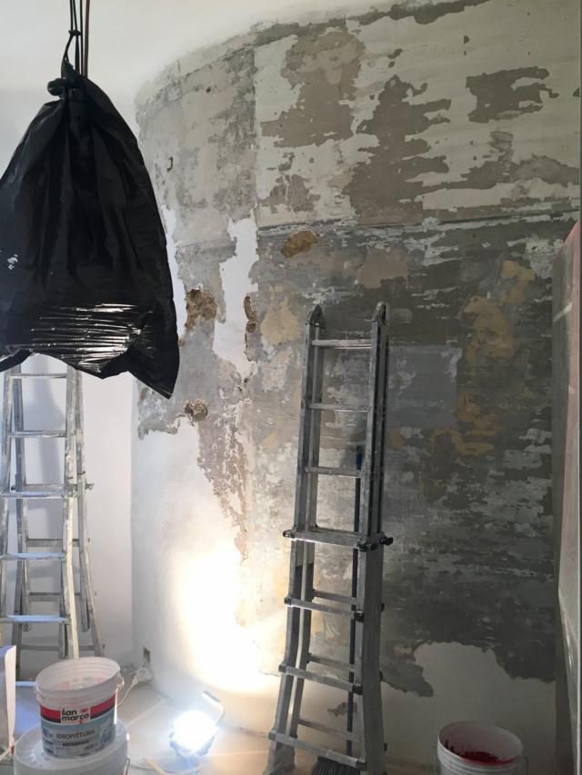 l'imbianchino inIzia a sistemare la parete