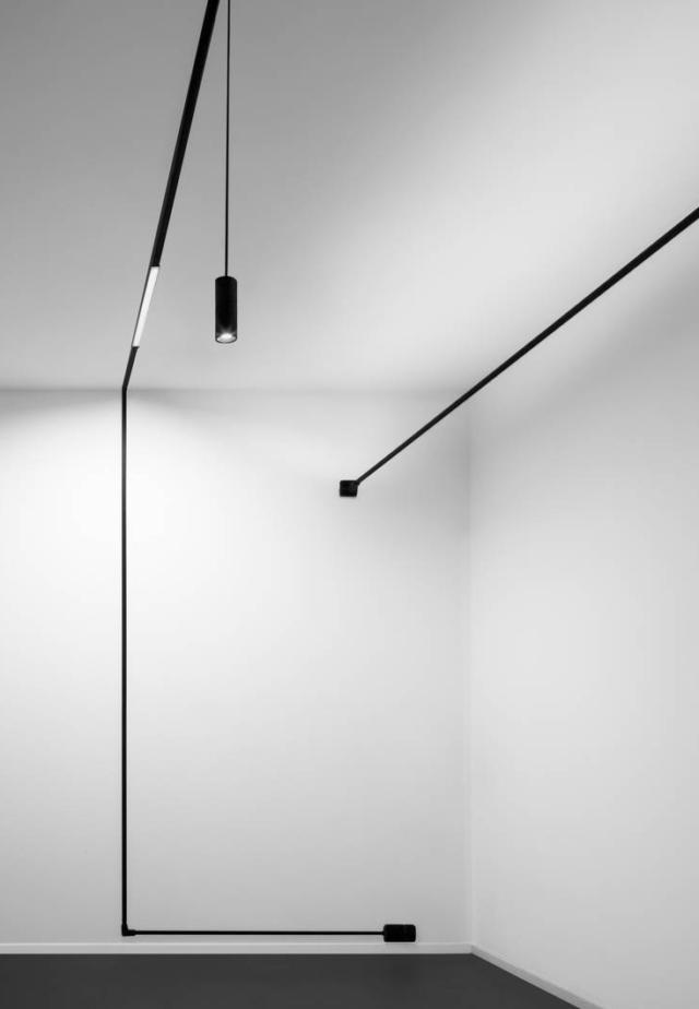 Il sistema Ink System di Linea Light è formato da elementi versatili accomunati dallo stesso concetto: il cavo, elastico e sottile, che ospita una stripLed  permette di agganciare diversi dispositivi come profili luminosi con emissione diffusa, faretti orientabili e lampade a sospensione. La gamma comprende percorsi a parete/soffitto e moduli canale componibili che ospitano il cavo conduttore e lo trasformano in un elegante segno grafico. www.linealight.com