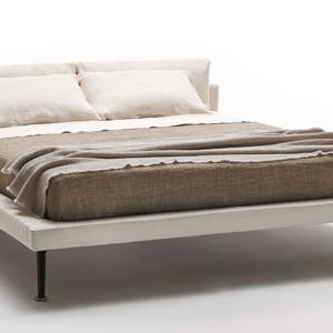 Floyd-Hi Bed di Living Divani, design Piero Lissoni, ha una testata bassa e squadrata su cui poggiano morbidi cuscini dando vita ad un gioco di altezze, incastri e consistenze diverse. www.livingdivani.it
