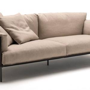 Il divano Greene di Living Divani, design David Lopez Quincoces, è caratterizzato dalle ampie cuscinature raccolte da un perimetro in cuoio, strutturato, ma morbido. La struttura poggia su sottili piedini in metallo. www.livingdivani.it