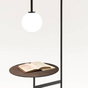 Light with a table di Living Divani, design Keiji Takeuchi, è il tavolino-lampada che ha un aspetto grafico e asciutto; è formata da un tubo metallico che si curva e termina in una sorgente luminosa e un tavolino collegato tramite un inserto snodabile a 180°. www.livingdivani.it