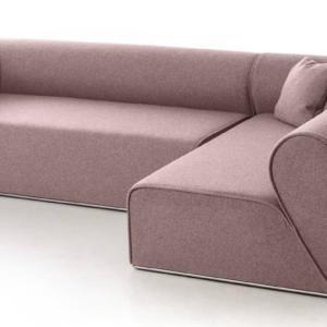 Il divano Heartbreaker, design Johannes Torpe, ha una linea gentile, compatta e pulita, impreziosita dal rivestimento in tessuto rosa tenue. Il bracciolo ha l'iconica forma di un cuore spezzato che si ricompone quando si affiancano due divani; inoltre la base è profilata in metallo. www.moroso.it
