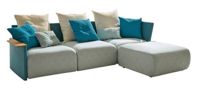 Il divano modulare Begin di Myyour, design Angeletti & Ruzza, è reso speciale dal bracciolo in teak naturale in contrasto con i voluminosi cuscini rivestiti in tessuto colorato che lo rendono particolarmente accogliente. www.myyour.eu