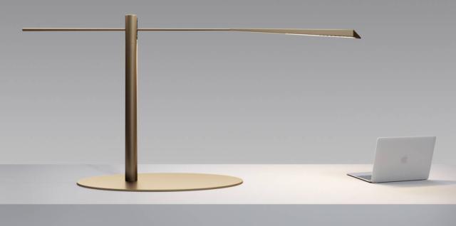 Flamingo di Olev, design Marc Sadler, è la lampada da tavolo a Led con una line essenziale: è formata da tre elementi, testa, asta e braccio, completamente in carbonio nella finitura Bronzo che la rendono resistente e durevole. Il braccio snodabile e la testa ruotante consentono di orientare il fascio luminoso dove si desidera. www.olevlight.com