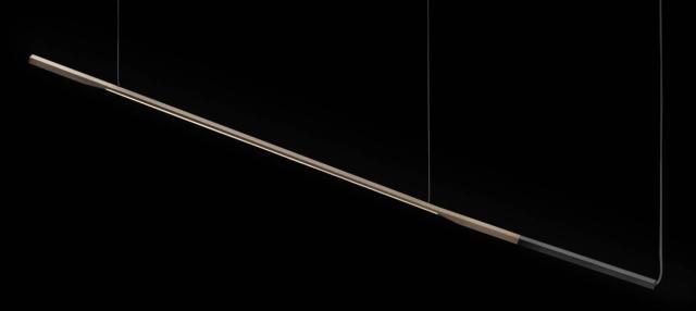 La sospensione Ilo di Oluce, design  David Lopez Quincoces, è formata da una barra di alluminio sapientemente lavorata con meccanica di precisione, divisa cromaticamente in due parti: la prima è una sorta di manico, la seconda accoglie la lunga fonte luminosa a Led. La pulizia della forma  e le preziose finiture creano un equilibrio  perfetto. www.oluce.com