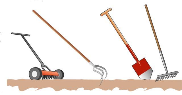 Prima di eseguire la semina del prato fiorito, è consigliabile eseguire un'arieggiatura e scarificatura del terreno, con gli attrezzi appositi, in modo tale da rimuovere il feltro di erba secca o vecchia e rompere la crosta superficiale che si è formata nel corso dell'inverno. In seguito, il terreno risulterà più morbido e accogliente. Nel caso di un prato preesistente molto rovinato, invece, arieggiatura e scarificatura da sole non sono sufficienti, ma sarà necessario eseguire un'aratura, o vangatura, superficiale del terreno a 15-20cm di profondità. Il terreno così lavorato, e privato di sassi, malerbe e altre impurità, viene livellato con un rastrello, pronto per la semina.