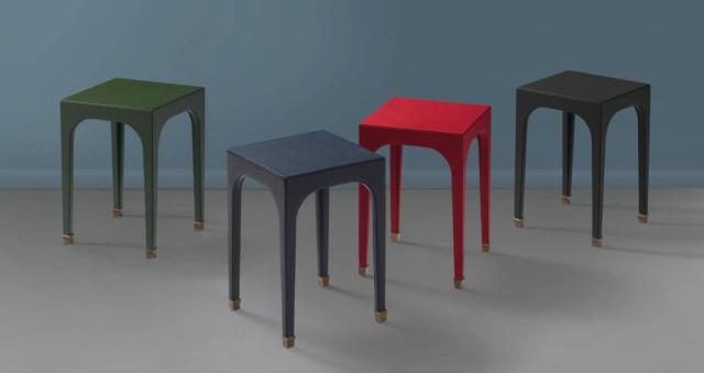 Bramham di Promemoria, design David Collins Studio, è il tavolino completamente rivestito in pregiata pelle disponibile in diverse varianti di colore; i piedini sono realizzati in bronzo. Misura L 35 x P 35 x H 50 cm. www.promemoria.com