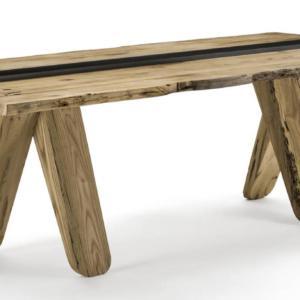 Canal di Riva1920, design Patricia Urquiola, è il tavolo rettangolare interamente realizzato in legno massello con un aspetto vintage; il top, formato da liste incollate e lati squadrati, è dotato di un vano centrale in ferro che svolge una funzione contenitiva. Quattro possenti gambe a sezione geometrica sostengono il piano. www.riva1920.it