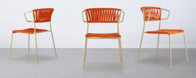 La sedia Lisa Filò di Scab, design Marcello Ziliani, ha lo schienale realizzato in fettuccia di corda nautica in quattro colori, intrecciata artigianalmente su telai in acciaio zincato e verniciato a polveri per un'ottimale resistenza agli agenti atmosferici. È impilabile e disponibile nella versione poltroncina.  Misura L 60 x P 52 x H 78 cm. www.scabdesign.com