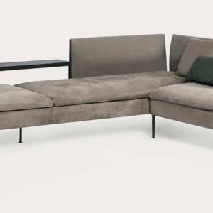 Il divano modulare Boston di Shake ha una linea leggera e ampie sedute rivestite in pelle disponibili in diversi colori. La struttura è realizzata in legno nero con dettagli in metallo bronzo scuro. Misura L 340/205 x P 75 x H 76,5 cm. www.shake-design.it
