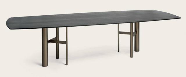 Il tavolo Park di Shake è reso speciale dalla base asimmetrica, formata da gambe cilindriche in metallo color bronzo di diverso diametro, che danno vita ad un gioco di spessori diversi. Il piano è in legno nero. www.shake-design.it