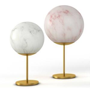 Mineral Stand di Slide, design Slide Studio, è la lampada da tavolo formata da una sfera in polietilene effetto marmo, con venature grigie o rosse,  montata su uno stelo in ottone. È  disponibile in quattro formati. www.slidedesign.it