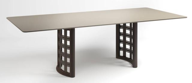 Il tavolo rettangolare Flint di Smania è caratterizzato da uno stile esclusivo e da materiali pregiati come il legno lavorato con perizia scultorea. È disponibile anche nella versione rotonda. www.smania.it