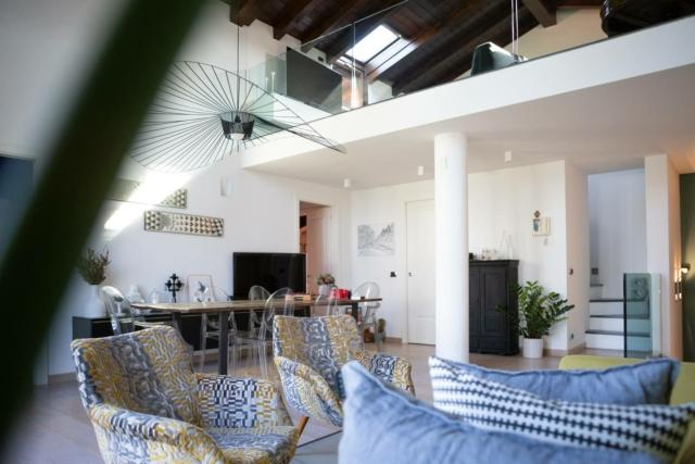 soggiorno con soppalco loft ex fabbrica