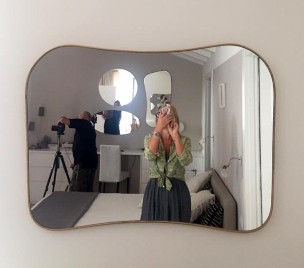 specchio con riflesso altri specchi parete opposta