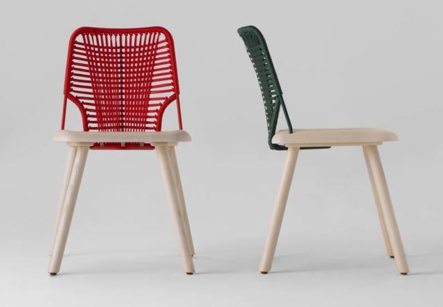 La sedia Jackie di Trabà, design Emilio Nanni, ha una stabile struttura in legno massello verniciato su cui si innesta lo schienale in tondino di metallo rivestito da un intreccio in corda. È realizzata con lavorazioni artigianali e declinata in colori decisi. Misura L 45 x P 52 x H 78 cm. www.traba.it