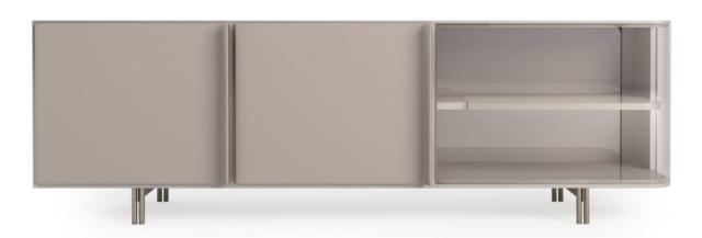 La credenza Zero di Turri, design Frank Jiang, che ha una forma lineare impreziosita dal rivestimento in pregiata pelle chiara che ricopre anche le ante e dal lato in vetro incurvato. I piedini cilindrici sono in metallo. www.turri.it