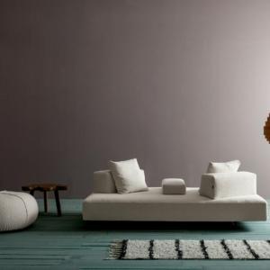 Free di Twils Loungue, design R&D, è il divano destrutturato e libero che permette di dare vita a composizioni trasformabili: la seduta infatti è formata da un semplice somnmier, sorretto da piedini a slitta in metallo brunito, su cui si possno sistemare gli schienali a posizionamento libero con supporto antiscivolo. Anche i cuscini quadrati e i braccioli possono essere sistemati a piacimento.  www.twilslounge.it