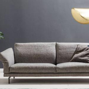 Il divano Share di  Twils Loungue, design R&D, ha lo schienale e i braccioli inclinabili per garantire il massimo comfort. La struttura poggia su piccoli piedini in metallo.  www.twilslounge.it