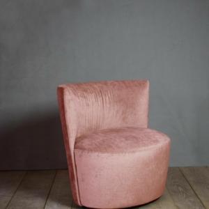 Emily di Verzelloni, design Lievore Altherr, è la poltrona compatta, con dimensioni ridotte che permettono di inserirla in qualsiasi ambiente. É completamente imbottita e ha uno schienale avvolgente che, insieme alla seduta ovale, la rende simile ad una conchiglia. www.verzelloni.it