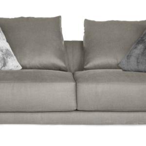 Fa parte della collezione Lyndon di Verzelloni, design CRD, il divano che ha dimensioni generose e una seduta profonda su cui trovano posto numerosi cuscini che ne aumentano il comfort; è rivestito in tessuto completamente sfoderabile. I piedi sottili sono in metallo. Misura L 248 x P 96 cm. www.verzelloni.it