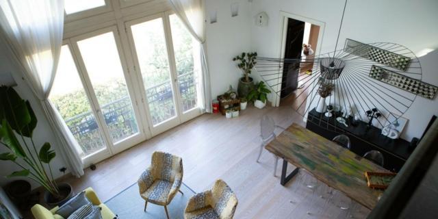 In una ex fabbrica, una casa con soggiorno a doppia altezza e soppalco