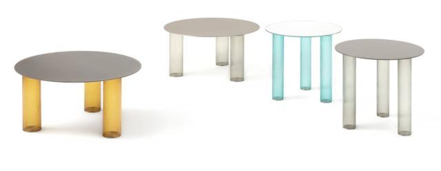 Il tavolino Echino di Zanotta, design Sebastian Herkner, è interamente realizzato in vetro in quattro varianti di colore: la base è formata da tre gambe cilindriche in vetro soffiato a tre strati e il piano circolare è in lamiera di acciaio nichel satinato in diverse finiture. È disponibile in due formati complementari ideati per coesistere uno accanto all'altro. Misura Ø 68 x H 34 cm e  Ø 48 x H 44 cm. www.zanotta.it