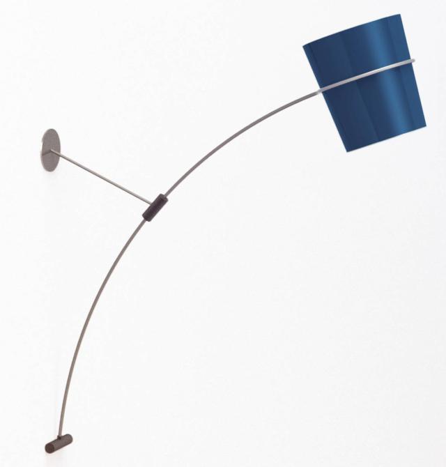 L'applique Nefertari di Zava, design Lorenzo Palmieri, è un modello in metallo di grandi dimensioni  incentrato su un sistema a leva che sfrutta il suo stesso peso per sostenersi in contrasto alla parete: è possibile allontanare o avvicinare il corpo illuminante dal muro con un semplice gesto, facendo scorrere lo stelo nel manicotto.  www.zavaluce.it