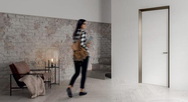 Novità esclusiva 2019, ECLISSE 40 collection dona una nuova veste all'elemento porta. Il merito è di un telaio che emerge dalla parete con un segno geometrico rigoroso che funge anche da protezione degli spigoli vivi tra parete e porta.