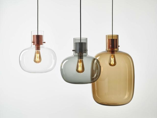 """La lampada AWA di Brokis, design by Fumie Shibata, appare come una bolla di aria avvolta nel liquido, chiamata appunto in giapponese """"Awa"""". Questo progetto è nato dall'idea di creare una lampada che sembra un vetro """"soffice"""" che ha mantenuto la sua forma dopo essere stato soffiato. Lo scopo è quello di dare l'impressione di vedere quando alzi lo sguardo una sfera d'aria fluttuare. Altra caratteristica di questo progetto è che le sue parti in legno e metallo sembrano di vetro, come se fossero tappi per l'aria.Brokis - distribuito da Standard Collection - www.brokis.cz"""