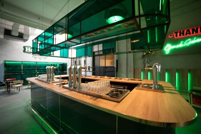 """Per celebrare la Milano Design Week 2019, Heineken apre il suo spazio espositivo, la """"Fabbrica di Ghiaccio e Birra"""" nel Lambrate Design District. Il visitatore può vivere un'esperienza completa nel mondo Heineken, lasciandosi guidare da un percorso che racconta lo storico legame del brand con il design e ammirare alcuni degli oggetti che hanno reso celebre Alessi in tutto il mondo."""
