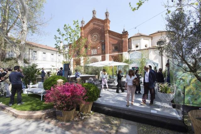 Le atmosfere green di dOT e i manufatti di ABLE TO DESIGN + ART, a cura di  T'ABLE, conquistano Piazza San Marco. Un parcheggio anonimo di 400 mq si tramuta in una lussureggiante foresta urbana, proponendo soluzioni raffinate per un relax stile chic all'aria aperta e la convivialità di giorno, e meravigliosi scorci, affascinanti bagliori e contorni magici nelle ore serali. Il meglio dell'Outdoor Design & Living, impreziosito da bollicine per brindare alla Milano della creatività, ambientazioni ricercate e vasche e cascate d'acqua per il benessere personale, vanno a comporre l'alchimia perfetta di un elegante e poetico riparo dalla frenesia della Milano Design Week.