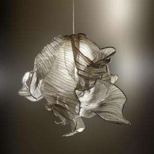 Nebula Lamp dell'italiano Studiomirei, apparecchio luminoso ispirato alle nuvole interstellari di polvere e realizzato con fibra di banana, menzione speciale al SaloneSatellite Award.