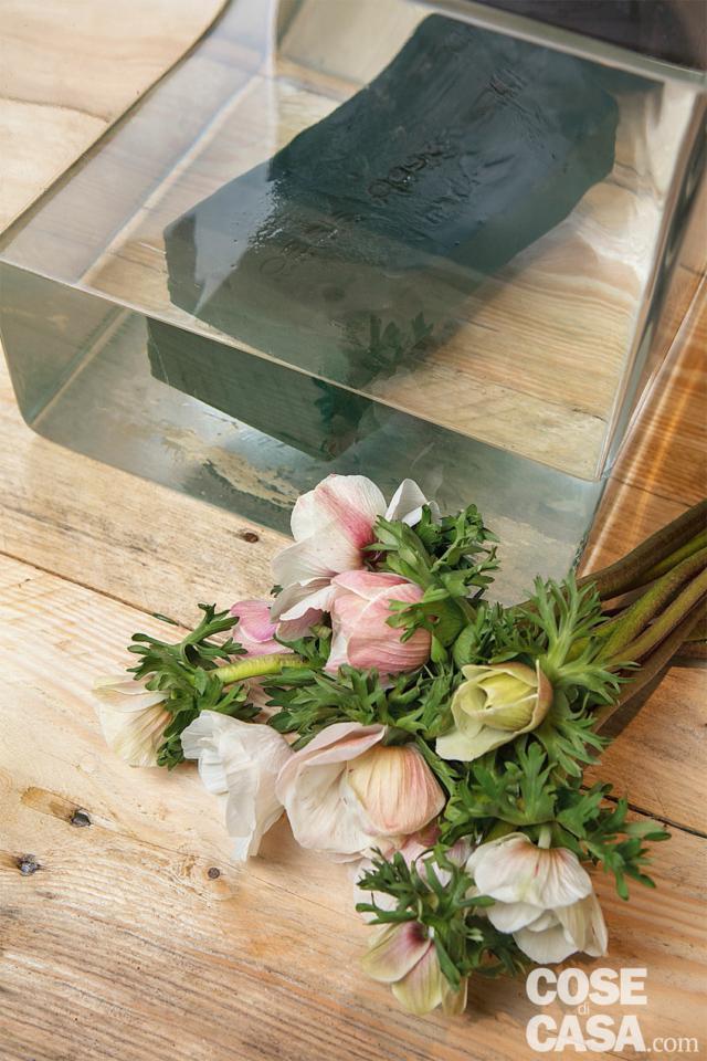 In un contenitore pieno d'acqua appoggiare delicatamente la mattonella di spugna e lasciarla inzuppare: una volta depositata sul fondo, sarà pronta. Evitate di spingerla sul fondo, per evitare che rimangano punti asciutti (che non daranno acqua ai fiori).