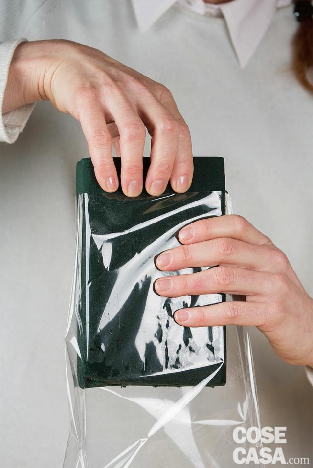 Nel frattempo, con il coltellino, tagliare le punte dei fagiolini facendo in modo che siano tutti più o meno della stessa altezza. Poi togliere la mattonella dall'acqua, farla scolare e tagliarla a un'altezza inferiore di 3-4 cm rispetto ai piattoni. Quindi introdurla nel sacchetto di plastica.