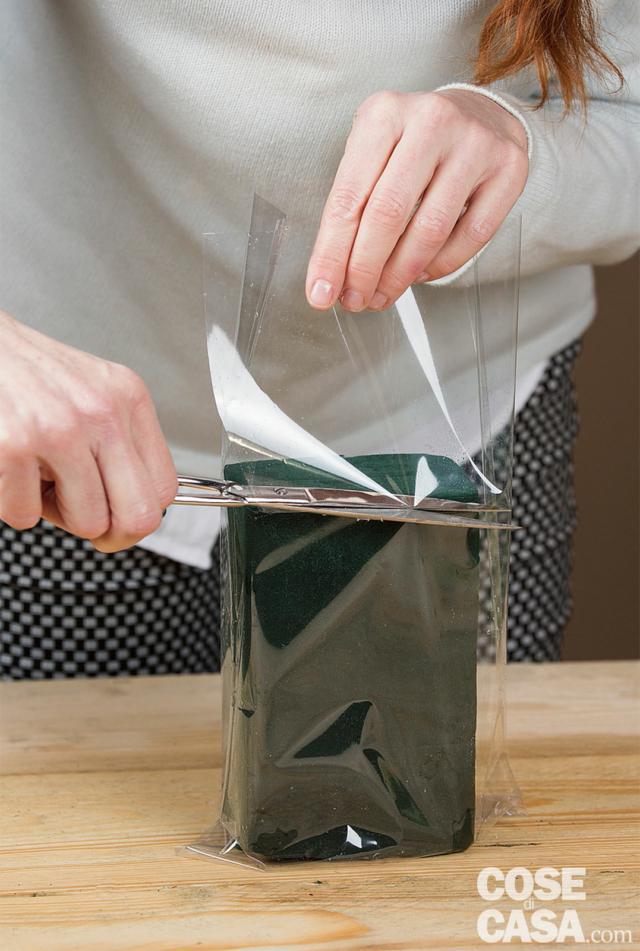 Con le forbici tagliare il sacchetto un centimetro più in basso della mattonella.