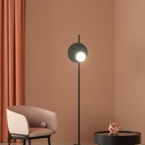 Kwic di Axolight, design Serge e Robert Cornelissen, è la lampada da terra che fa parte della grande famiglia (sospensione, lampada a soffitto o a parete) caratterizzata dalla presenza di un diffusore semi-sferico in vetro soffiato, che contiene la luce a Led integrata,  sovrapposto, in posizione decentrata, a un disco circolare in alluminio verniciato Nero intenso. Il disco è fissato ad un'asta che affonda all'interno di una base metallica. La luce irradiata dal diffusore opalino bianco è intensa, mentre dal retro della montatura filtra un lieve bagliore. Misura L 33,2 x P 28,8 x H 201 cm.   www.axolight.it