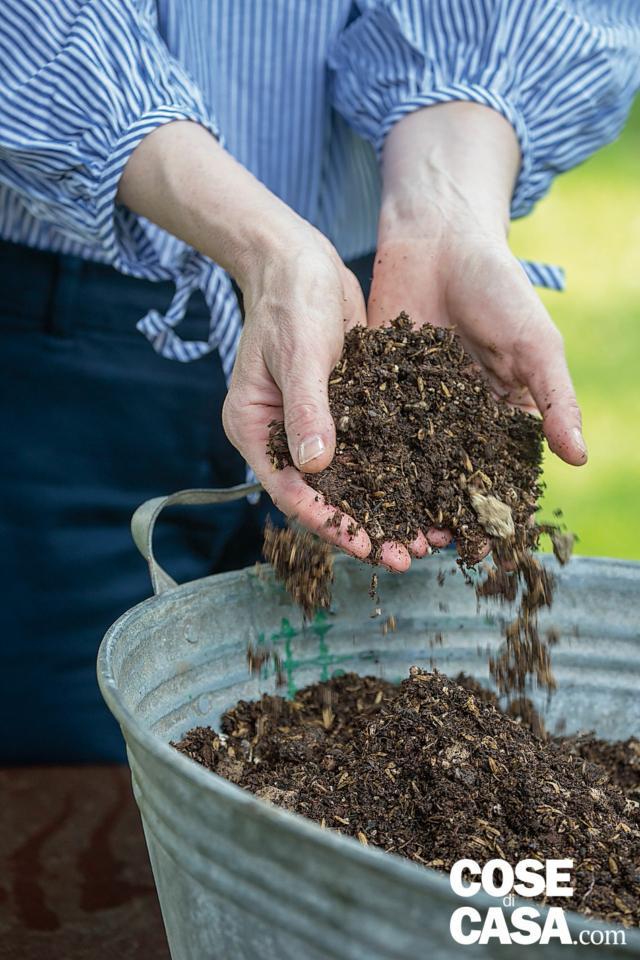 1. Versare sul fondo del catino pochi centimetri di argilla espansa e quindi aggiungere del substrato per piante da giardino, senza pressarlo, fino a circa 8 cm dal bordo.