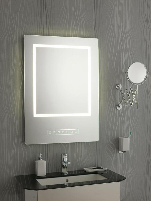 Lo specchio retroilluminato con luce LED ha un impianto bluetooth musica e vivavoce, con comandi sabbiati. (www.stilhaus.it)