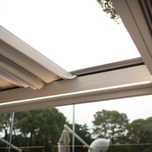 Il tetto ad arco ribassato garantisce un minimo ingombro in altezza.