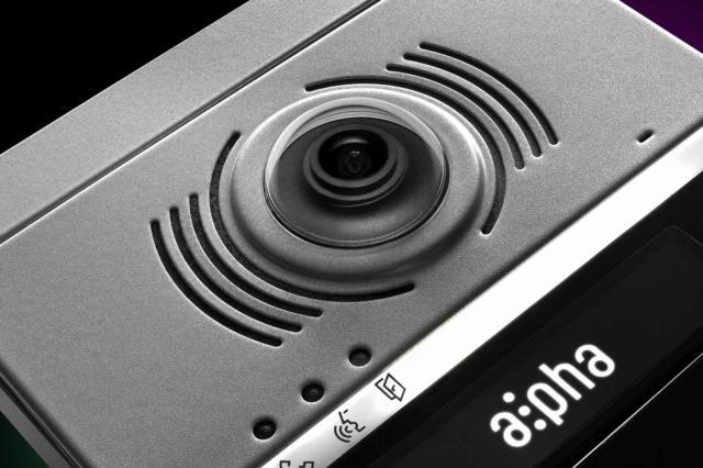 La telecamera grandangolare assicura un'ampia visuale e alta qualità delle immagini per garantire maggior sicurezza a chi è in casa