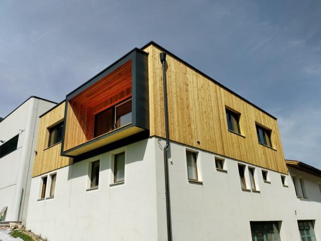 Soprelevazione con elementi in legno prefabbricati e sistema a telaio.