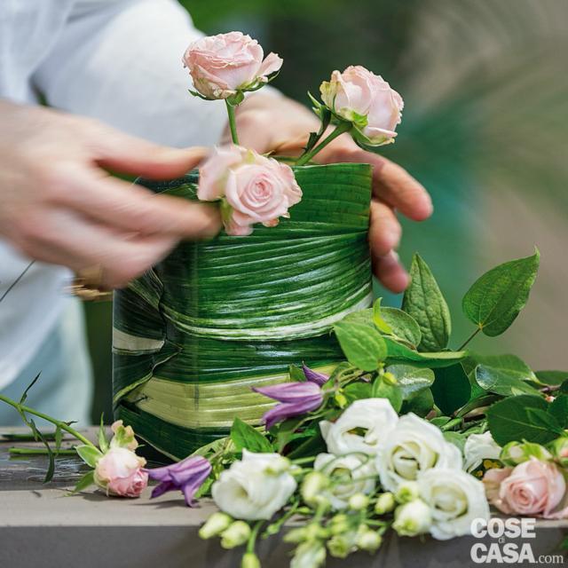 3. Recidere gli steli delle rose a mazzetti, con un taglio obliquo, e inserirli nella spugna distribuendo i più lunghi al centro e i più corti ai lati.