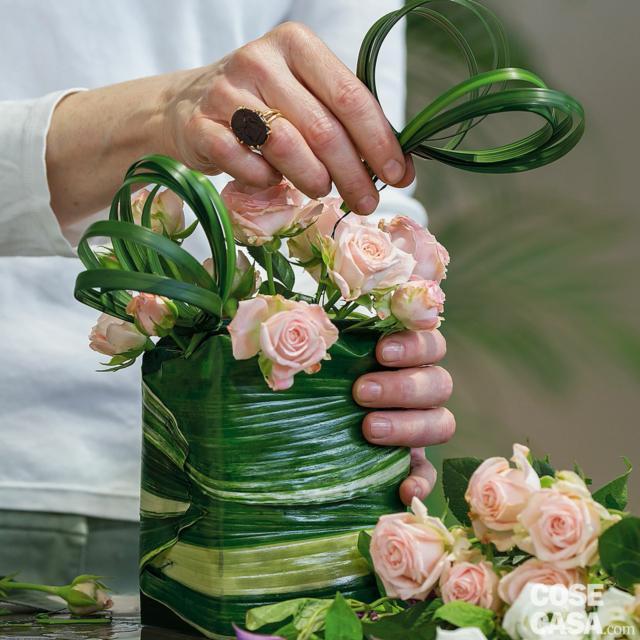 5. Inserire le due decorazioni ad anelli di steelgrass nella spugna.