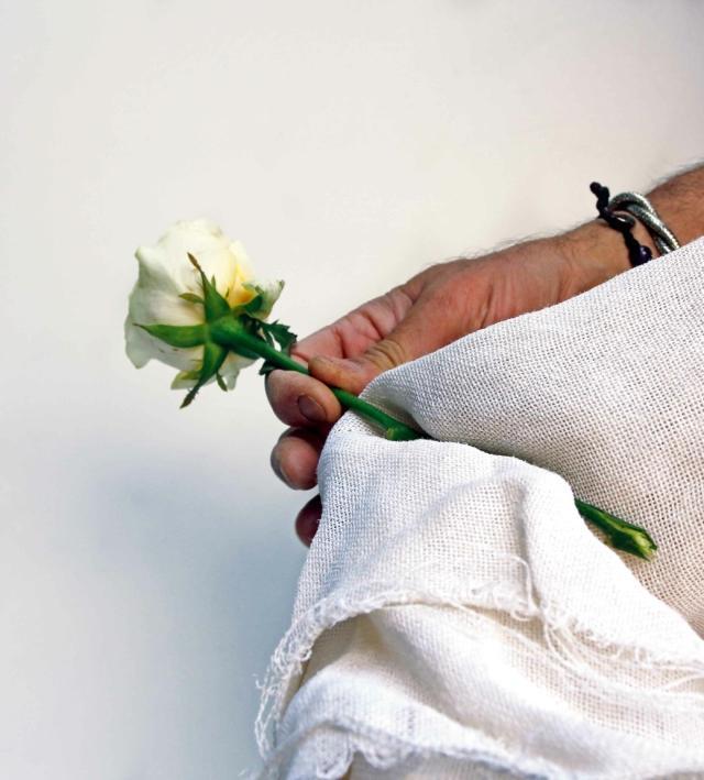 3- Dopo sette giorni, togliete le rose dal vaso, asciugate bene gli steli, appendeteli al buio a testa in giù per alcuni giorni. A questo punto dovete solo tagliare lo stelo alla lunghezza richiesta e confezionarlo.