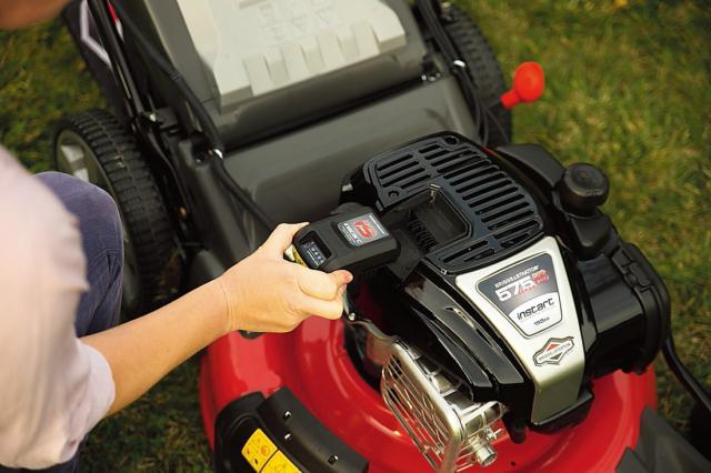 Il motore InStart utilizza batterie al litio combinate con il motore a scoppio realizzando così l'innovativa tecnologia di avviamento intelligente (consente l'accensione con un solo tocco senza la fune di avviamento). Permette di tagliare superfici di prato fino a 1.000 mq, mantenendo la performance di un motore a benzina. Di Briggs & Stratton, prezzo n.d. www.ilmotoreconta.it
