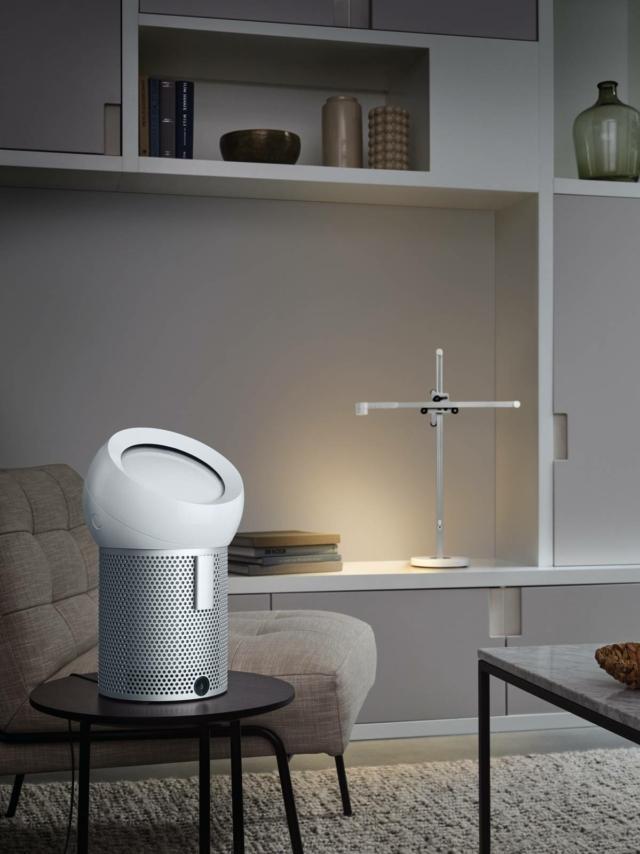 Pensato per un uso personale, Dyson Pure Cool Me purifica e rinfresca l'aria con un flusso mirato, silenzioso e confortevole.