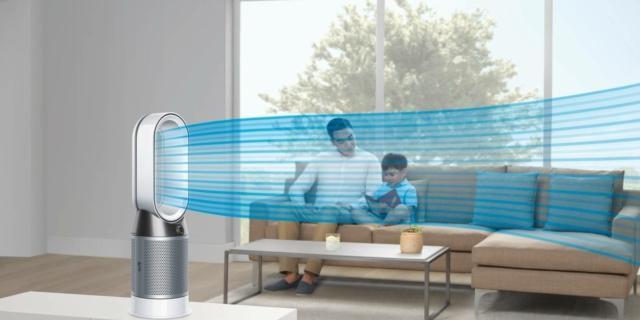 La prima è Dyson Pure Hot+Cool (prezzo 649 euro), un purificatore termoventilatore, utile in tutte le stagioni dell'anno: è infatti in grado di purificare l'aria, riscaldare e raffrescare.